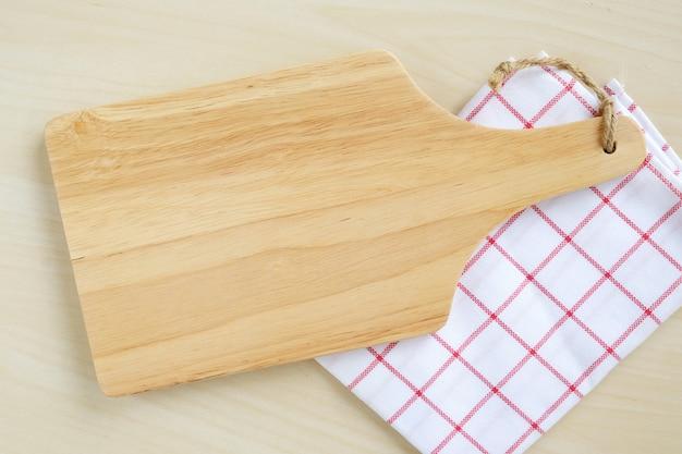 Bandeja de madera vacía en mesa