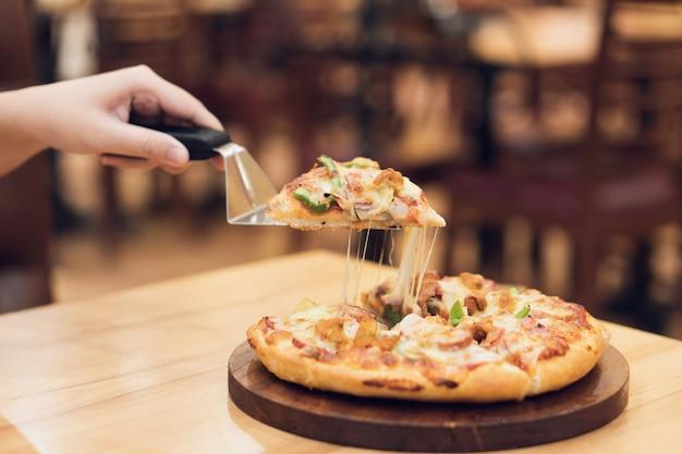 La bandeja para mojar la pizza con ingredientes de pizza incluye jamón, cerdo, paprika y verduras, pizza,