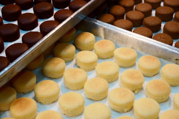 Bandeja de pasteles frescos macarrones en la panadería
