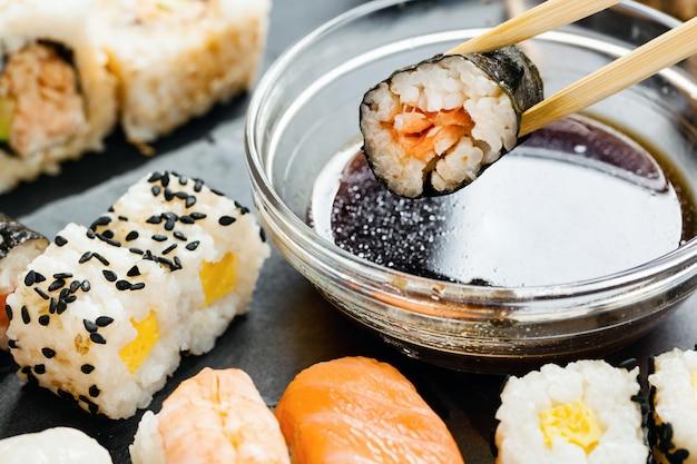 Bandeja de pizarra de sushi surtido.