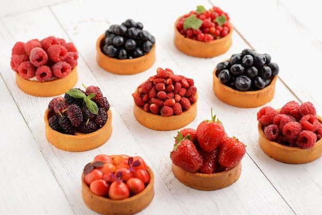 Bandeja de postre de tartaletas de frutas y bayas.