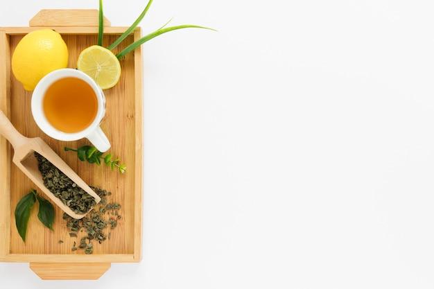 Bandeja con taza de té y espacio de copia