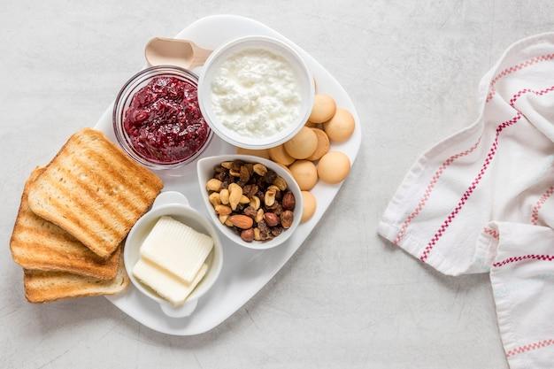 Bandeja con tostadas y mermelada para el desayuno.
