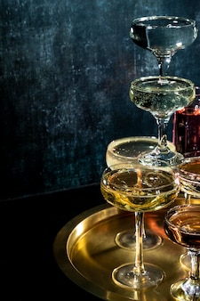 Bandeja con vasos con bebidas en la mesa