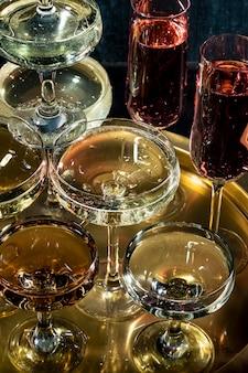Bandeja con vasos con primer plano de bebidas