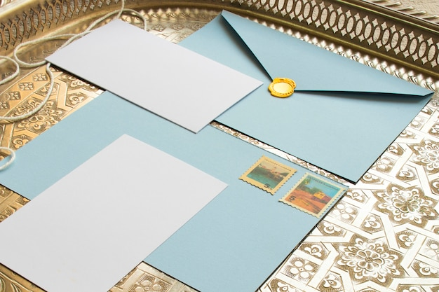 Bandeja vintage con papeles de colores