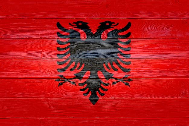 Bandera de albania pintada sobre fondo de tablón de madera antiguo