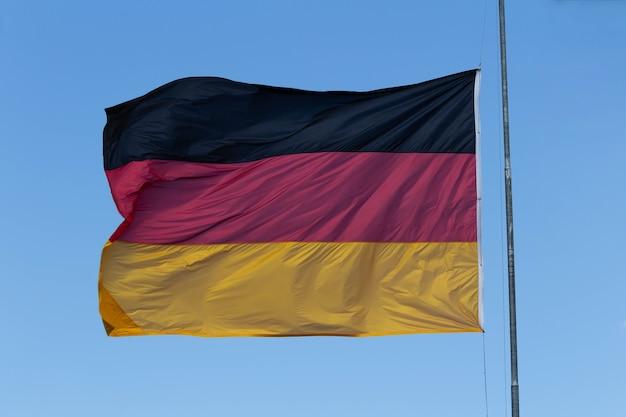 Bandera alemana ondeando al viento