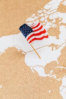 Bandera de américa en el mapa de los estados unidos.