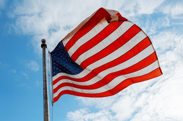 Bandera americana en el cielo azul