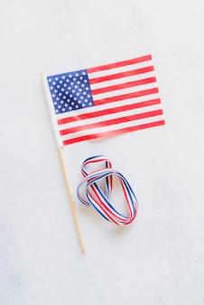 Bandera americana y cinta de colores nacionales.