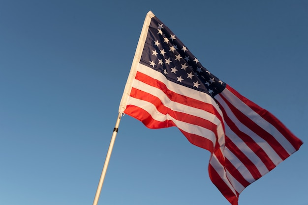 La bandera americana contra el fondo del cielo.