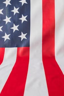 Bandera americana cubriendo plano angular