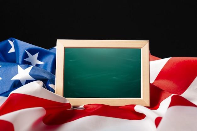 Bandera americana de marco en blanco