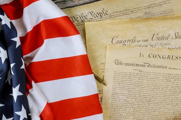 Bandera americana nosotros, el pueblo y preámbulo de la constitución de la declaración de independencia de los estados unidos