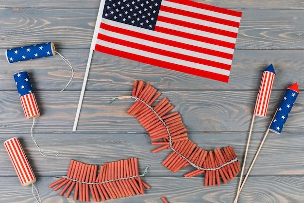 Bandera americana y petardos
