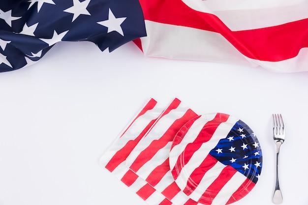 Bandera americana placas tenedor y banner en superficie blanca