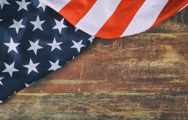 Bandera americana sobre fondo de madera día de los caídos