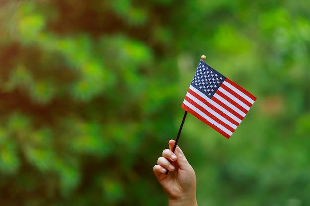 Con bandera americana en su mano día de la independencia, concepto día de la bandera