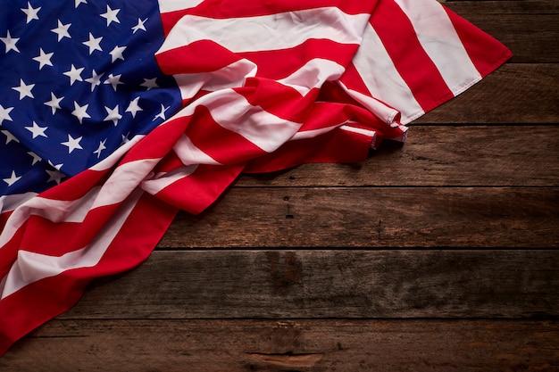 Bandera americana y tablas de madera