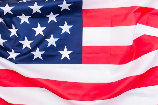 Bandera americana en el viento