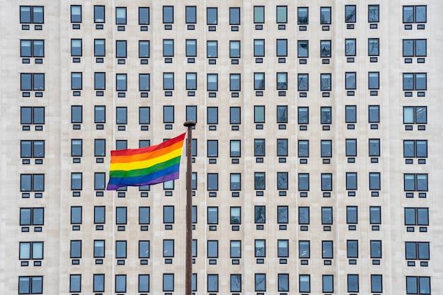 La bandera del arco iris, comúnmente conocida como la bandera del orgullo gay o la bandera del orgullo lgbtq