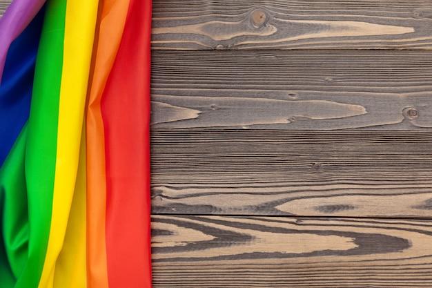 Bandera del arco iris lgbt sobre fondo de mesa de madera