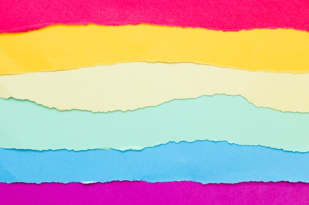 Bandera arcoiris hecha de papel de colores