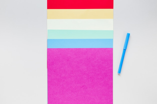 Bandera arcoiris de papel de colores con rotulador.