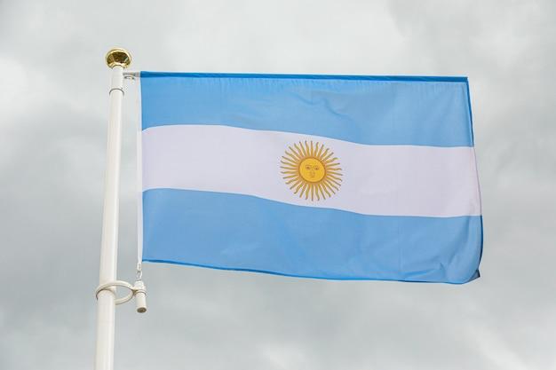 Bandera de argentina contra el cielo nublado blanco