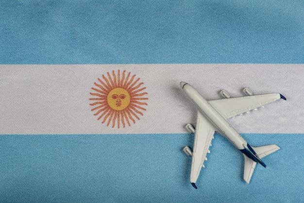 Bandera de argentina y modelo de avión.