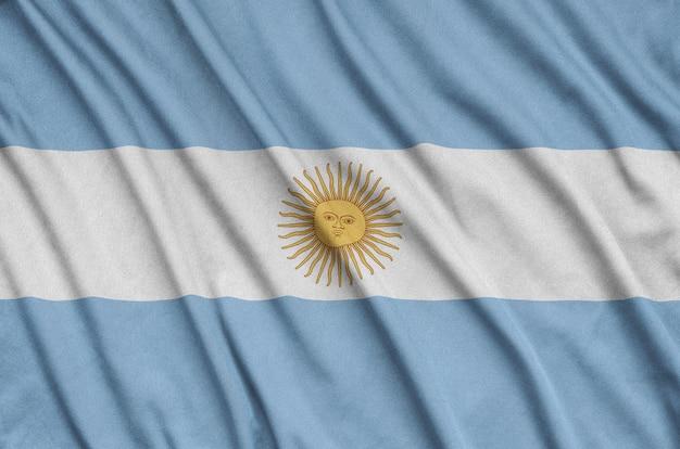 Bandera argentina con muchos pliegues.