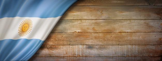 Bandera de argentina en la pared de madera vintage