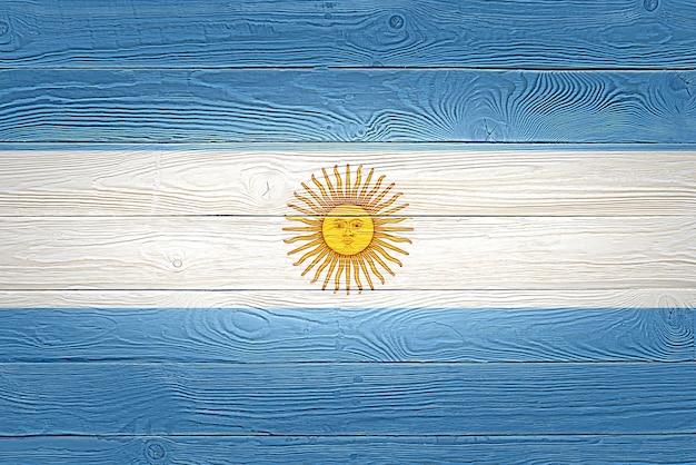 Bandera argentina pintada sobre fondo de tablón de madera antiguo