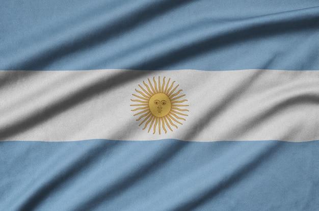 La bandera argentina está representada en una tela de tela deportiva con muchos pliegues.