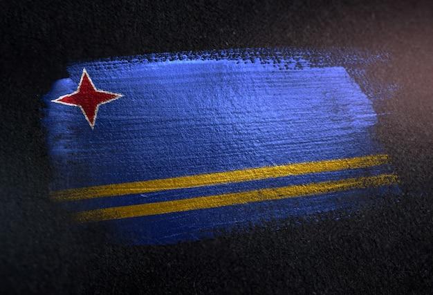 Bandera de aruba hecha de pintura de pincel metálico en la pared oscura de grunge