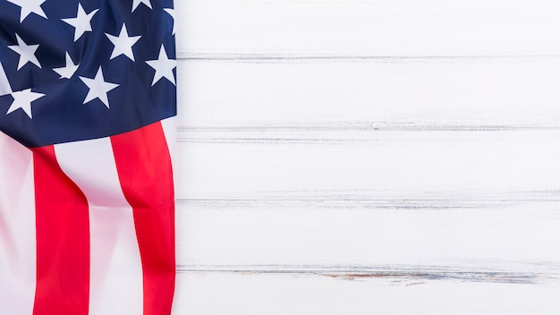 Bandera de bandera americana en superficie blanca