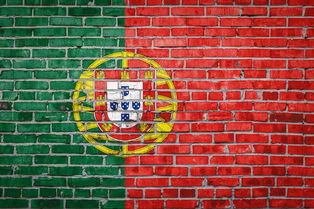 Bandera de bandera en la pared de ladrillo