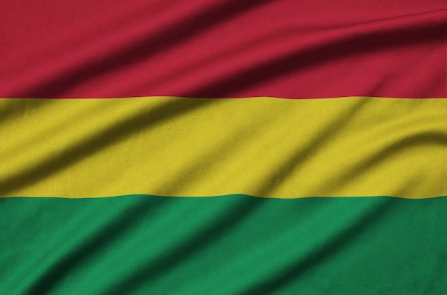 La bandera de bolivia está representada en una tela de tela deportiva con muchos pliegues.