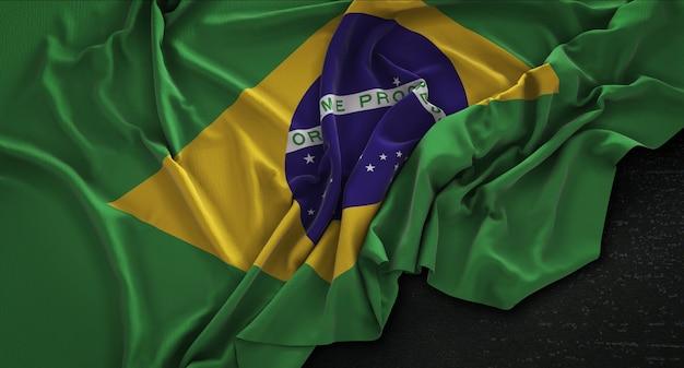 Bandera de brasil arrugado sobre fondo oscuro 3d render