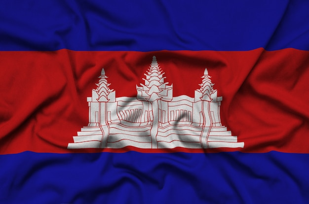 La bandera de camboya está representada en una tela de tela deportiva con muchos pliegues.