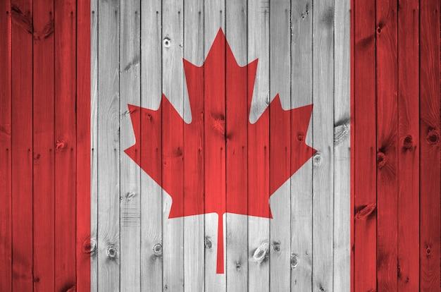 Bandera de canadá en la pared de madera vieja