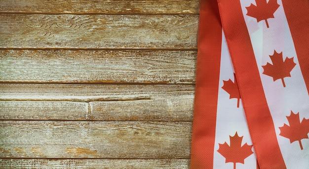 Bandera canadiense sobre fondo rústico oscuro