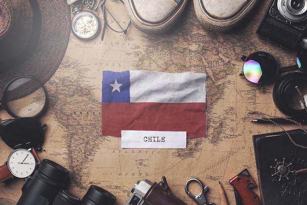 Bandera de chile entre los accesorios del viajero en el viejo mapa vintage. tiro de arriba