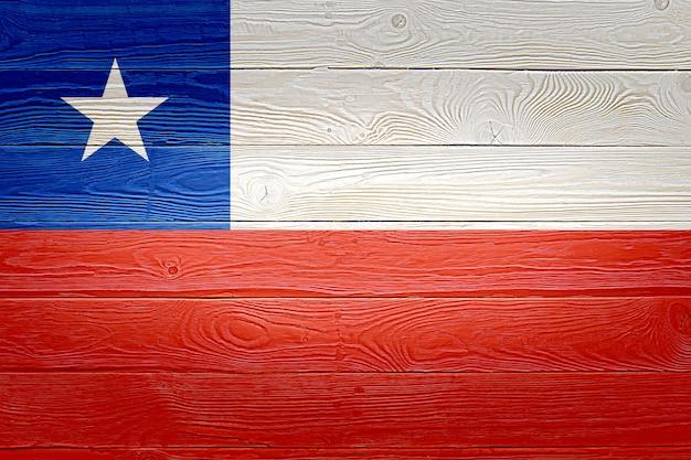 Bandera de chile pintada sobre fondo de tablón de madera antiguo