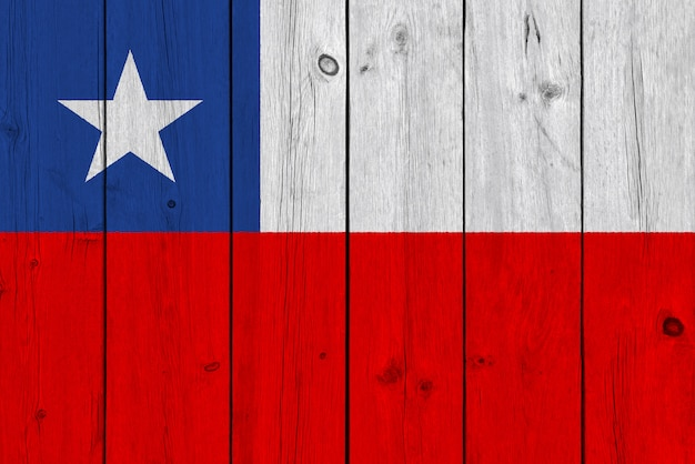 Bandera de chile pintada sobre tabla de madera vieja