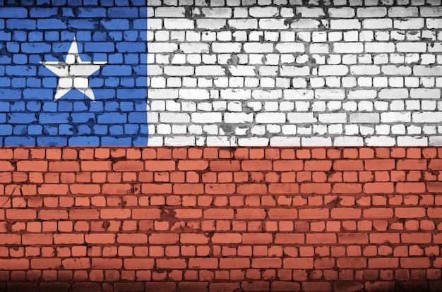 La bandera de chile está pintada en una vieja pared de ladrillos