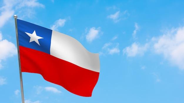 Bandera de chile en la pole. cielo azul. bandera nacional de chile