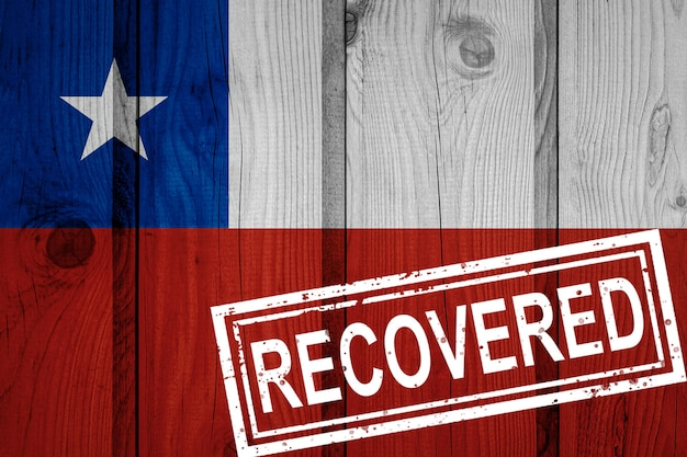 Bandera de chile que sobrevivió o se recuperó de las infecciones de la epidemia de coronavirus o coronavirus. bandera de grunge con sello recuperado