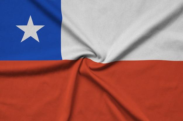 La bandera de chile está representada en una tela de tela deportiva con muchos pliegues.